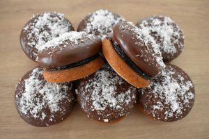 medovniky certekova - zakladny sortiment medovnikov - cokoladovy medovnik plneny slivkovym lekvarom posypany kokosom 1